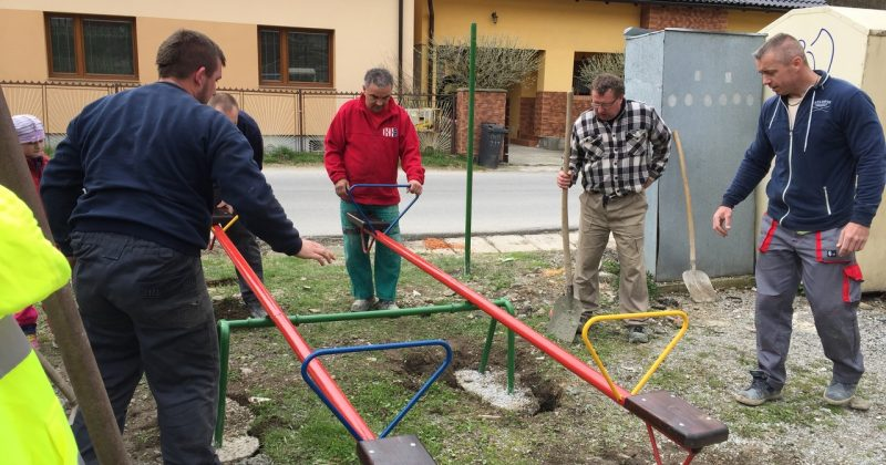Práce na detskom ihrisku stále pokračujú