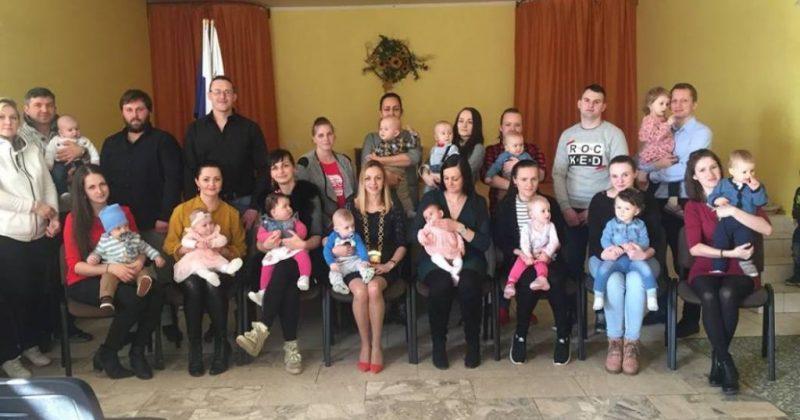 V obci Povina sa v roku 2018 narodilo 16 detičiek – obec pre ne pripravila uvítanie a malý darček